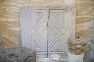 . Фрагменты мраморного декора утраченной базилики, строительство которой датируется VI веком. Музей истории Сочи.