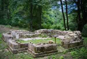 Остатки храма у источника Крион Нерон.