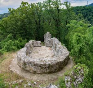 Развалины монастырского комплекса близ села Монастырь.